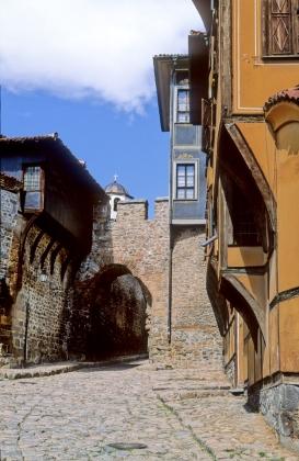 Häuser des 19. Jahrhunderts in der Altstadt. In der Mitte das Stadttor Hisar Kapija.
