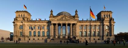 Sitz des Deutschen Bundestages in Berlin. Davor die Fahne der Einheit, die seit dem 3. Oktober 1990 ununterbrochen weht.
