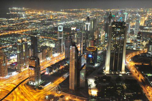 Aufnahme der neuen Skyline in Dubai an der Sheikh Zayed Road von der Aussichtsplattform des Burj Khalifa
