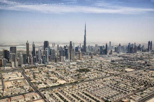 Skyline von Downtown Dubai mit dem Burj Khalifa aus einem Helikopter