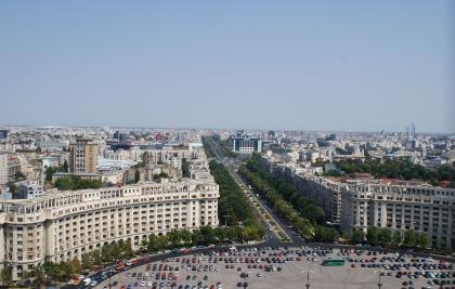 Blick vom Parlamentspalast auf den Bulevardul Unirii in Bukarest*