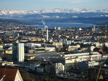 Blick vom Waidberg über Zürich* und den Zürichsee auf die Alpen